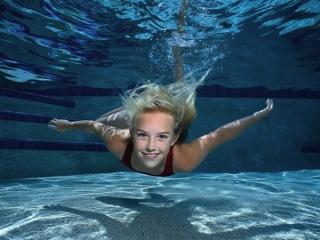 При грыже Шморля очень полезно плавание