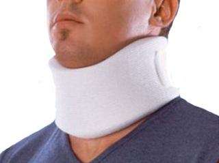 Первая помощь при подвывихе - фиксация шеи